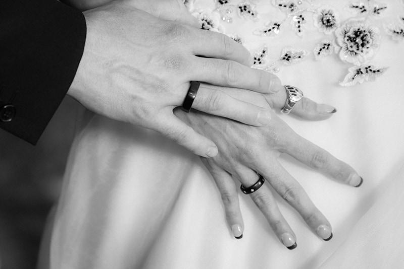 Foto der Hände von Braut und Bräutigam