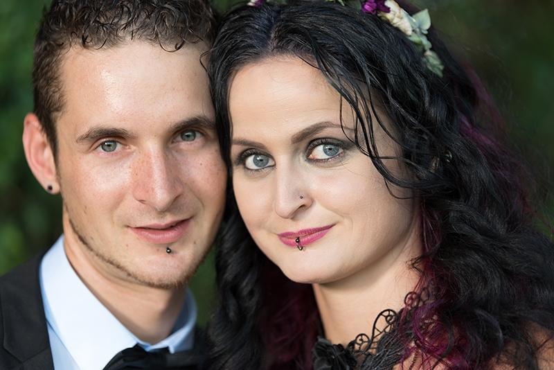 Eine Nahaufnahme des Brautpaars