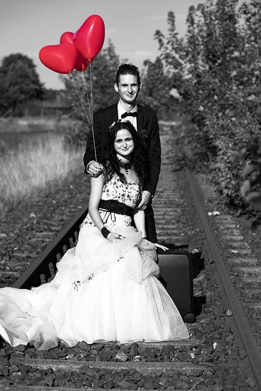Ein Hochzeitsbild mit Ballons in schwarz-weiß und rot