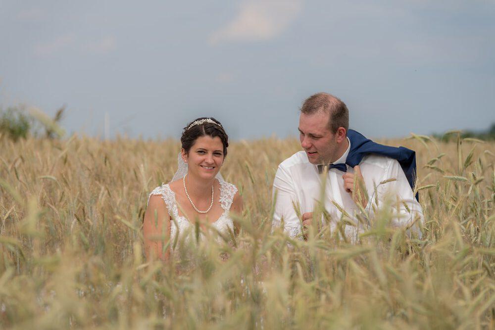 Hochzeitsfotos im Getreidefeld