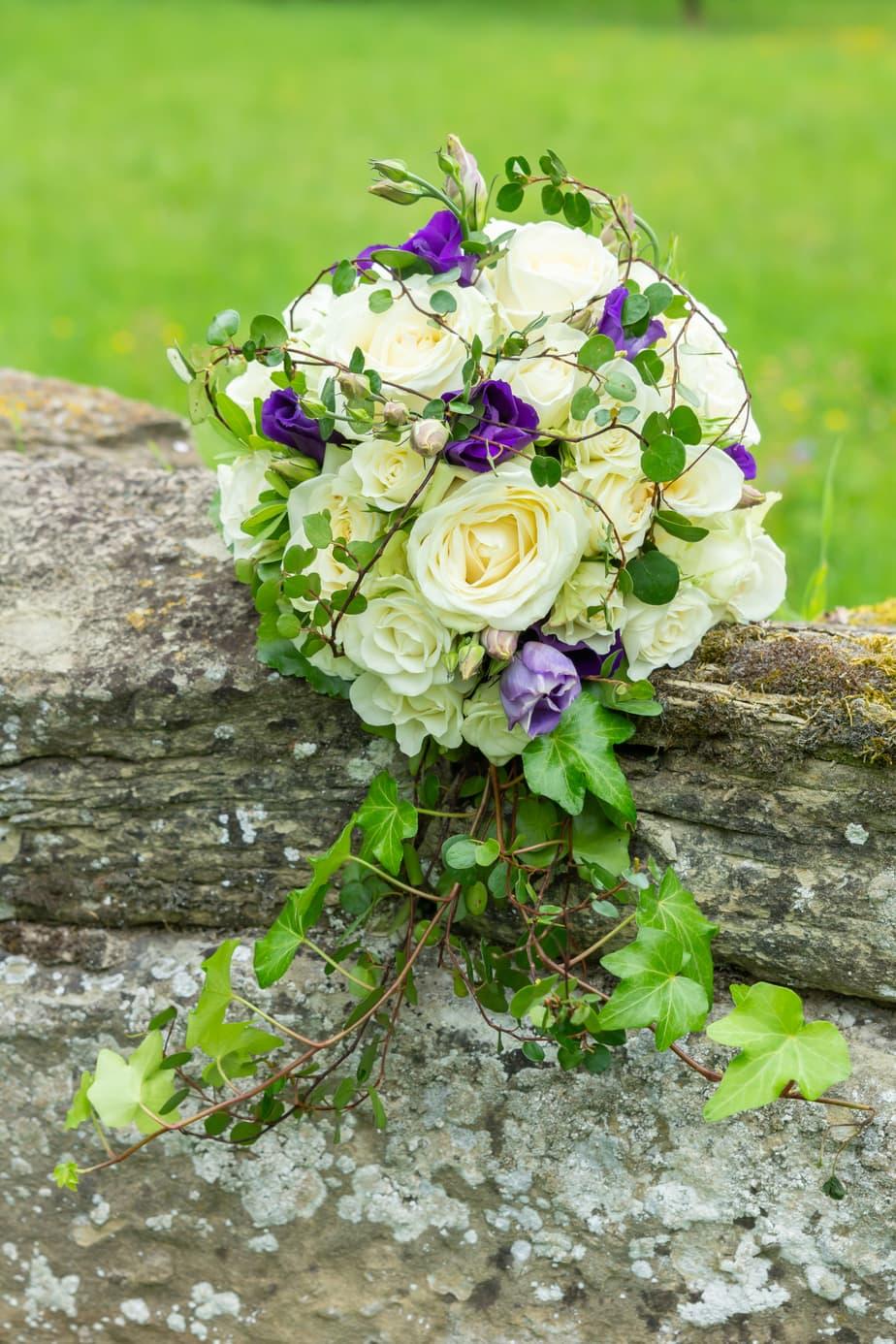 Brautstrauß auf einer Mauer