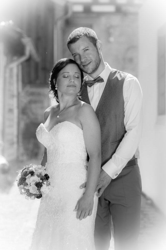 Romantisches Hochzeitsfoto in schwarz weiß